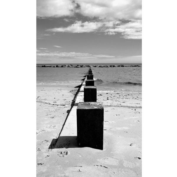 Beach bridge - sort hvid fotografi - plakater og andre billeder fra Wolfdesign
